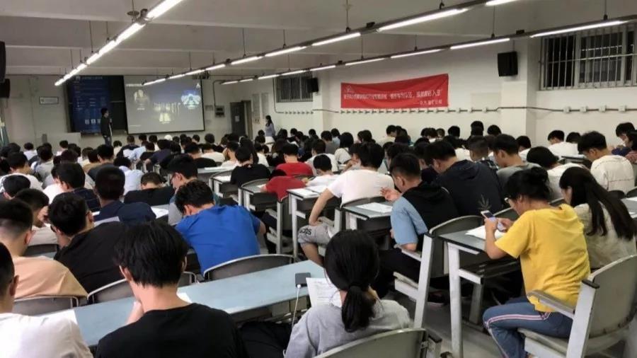 大学生考华为认证.jpg